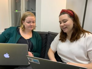 Eminen Eveliina perehdyttää uutta työntekijää Tanjaa