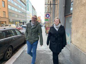 Leo ja Tanja Eminestä ovat menossa juttelemaan asiakkaan työnantajakuvasta
